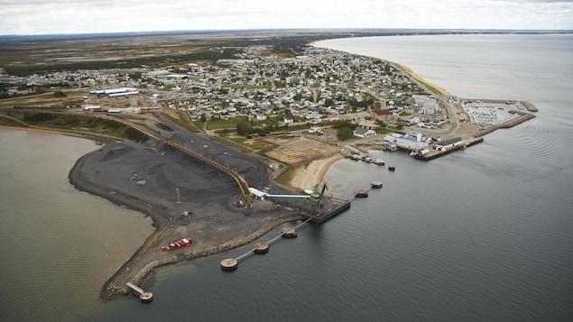 Vue aérienne de la mine du lac Tio et de ses installations portuaires à Havre-Saint-Pierre
