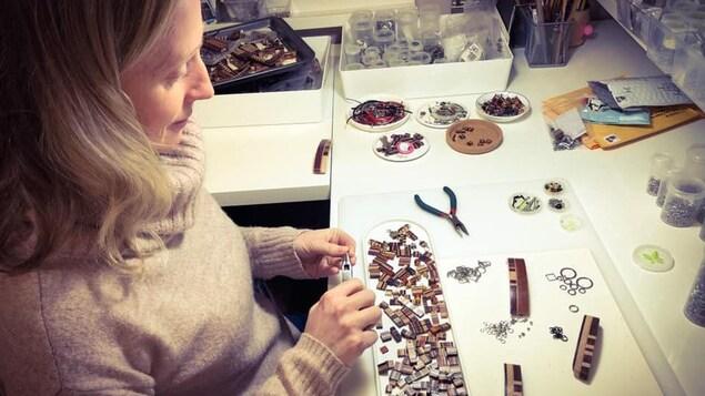 Isabelle Ferland confectionnant des composantes de ses pièces artisanales.
