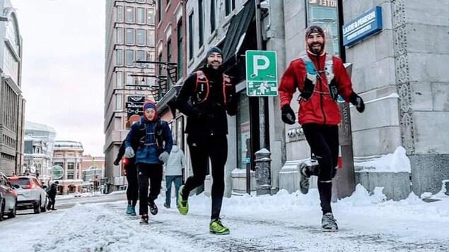 Un groupe de coureurs sur la rue Saint-Jean enneigée
