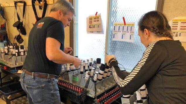 Un homme et une femme s'affairant à la préparation de feux d'artifice.