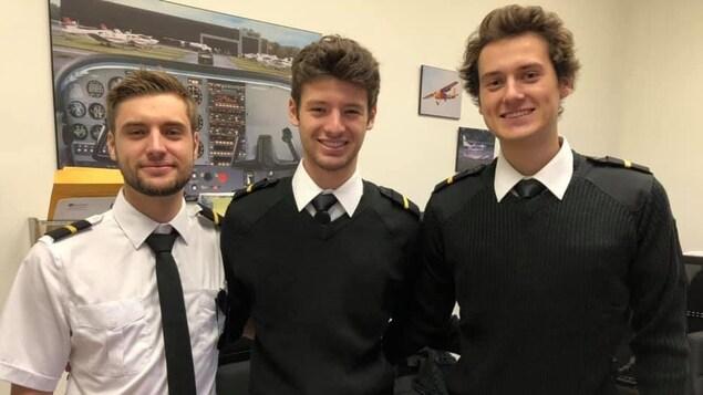 Les futurs pilotes Maxence, Cédric et Vincent suivent actuellement la formation «Pilotage d'aéronef».