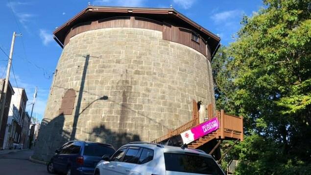 Au bout d'une rue étroite, une vue de la tour Martello 4