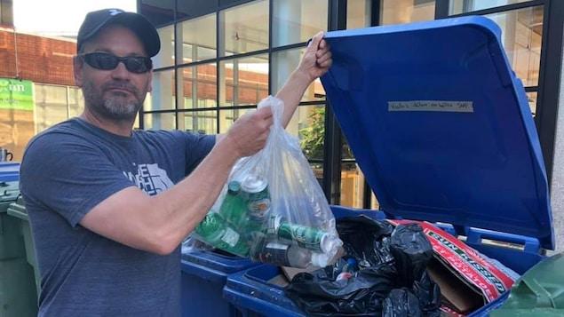 Un homme ramasse les bouteilles consignées dans nos ordures