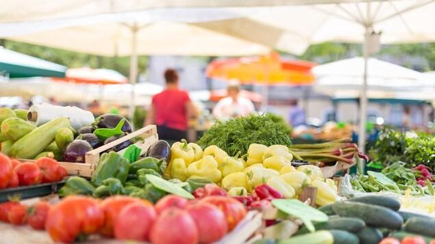 Un étal de légumes biologiques.