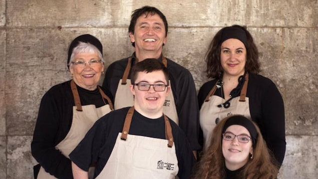 Bertin Savard, au centre, entouré des autres employés d'Au Croissant 21 : Margot. Jasmin, Noémie et Anaïs.