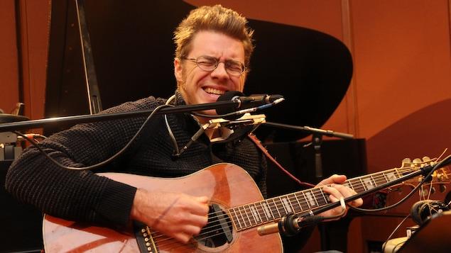L'auteur-compositeur-interprète Paul Cargnello lors d'une performance dans le studio 18 de Radio-Canada