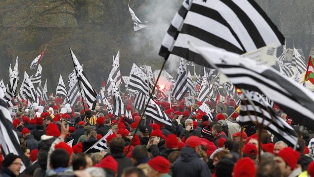 Des manifestants agitent le drapeau breton lors d'une manifestation pour le maintien d'emplois menacés, en 2013.