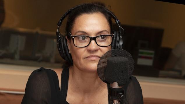 Brigitte Poupart discute avec Stéphan Bureau au studio 18 de Radio-Canada, à Montréal, le 20 août 2018.