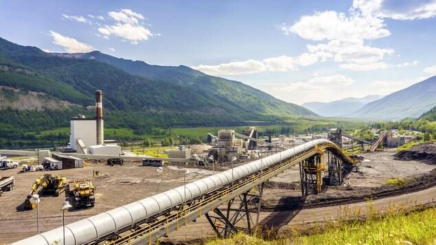 Un pipeline traversant un paysage montagneux dans l'Ouest canadien.