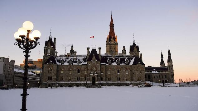 Un des édifices du Parlement, à Ottawa, en hiver.