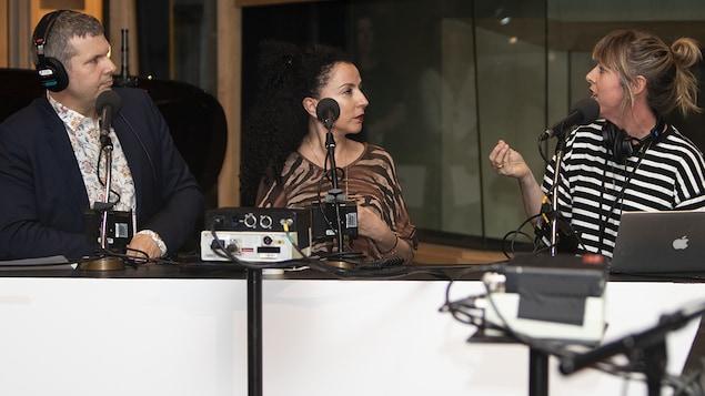 Nicolas Chevrier, Rachida Azdouz et Florence Marcil-Denault au micro de Catherine Perrin.