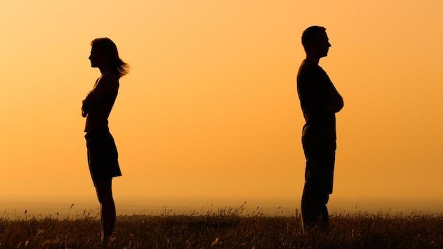 Silhouettes d'un homme et de femme se tournant le dos.
