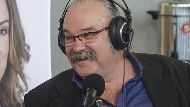 Jean-Marc Dalpé au Salon du livre du Grand Sudbury.