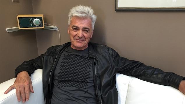 Le chanteur Daniel Lavoie assis sur un canapé