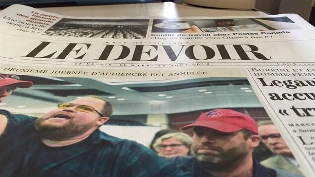 Une copie du journal <i>Le Devoir</i>.