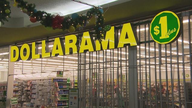 Devanture d'un magasin Dollarama, dans un centre commercial de Jonquière.