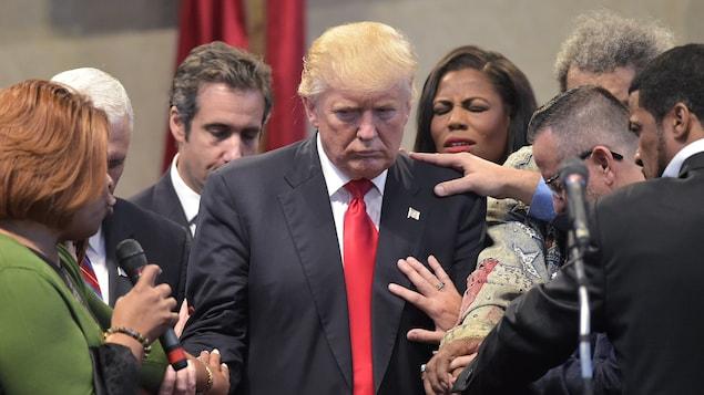 Donald Trump prie avec un pasteur et des membres de sa congrégation en Ohio, en septembre 2016.