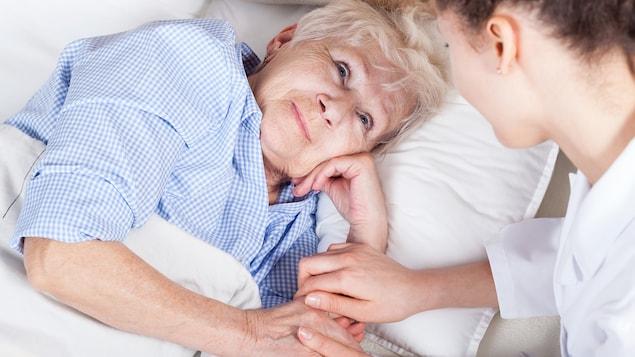 Une femme reçoit le soutien d'une infirmière.
