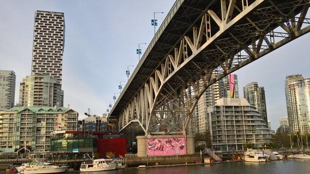 Vue de la ville de Vancouver : le pont Granville, des bateaux et des immeubles, dont une grande tour qui surplombe les autres bâtiments.
