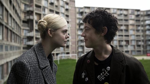 Elle Fanning regarde Alex Sharp droit dans les yeux dans cette image tirée du film <i>How To Talk To Girls At Parties</i>, de John Cameron Mitchell