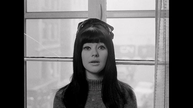 Mouffe, devant une fenêtre, regarde la caméra dans une image du film Jusqu'au cœur (1968), de Jean-Pierre Lefebvre, qui apparaît également dans La part du diable, de Luc Bourdon.