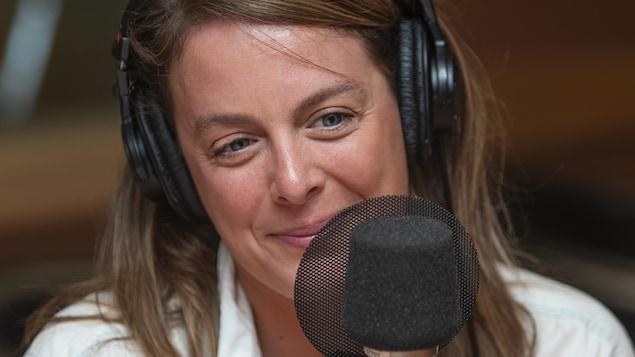 Julie Le Breton au micro de Catherine Perrin.