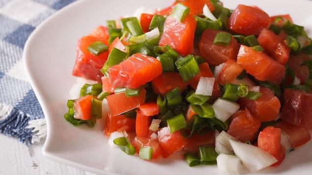 Une assiette de lomi lomi, une salade de tomate et de saumon hawaïenne.