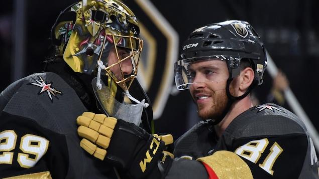 Marc-Andre Fleury et Jonathan Marchessault, des Golden Knights de Las Vegas, se font l'accolade après une victoire contre les Sharks de San José.