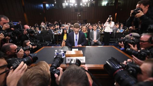 Mark Zuckerberg baisse le regard devant le Congrès américain et les journalistes, le 10 avril 2018.