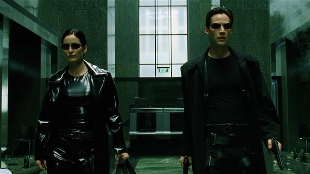 Carie-Anne Moss et Keanu Reeves dans une scène de la trilogie (1999-2003), des sœurs Lana et Lilly Wachowski, qui explore la théorie voulant que notre monde soit simulé.