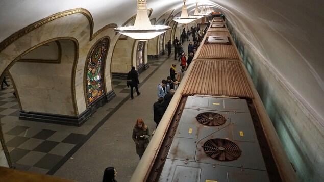 Des gens s'apprêtent à entrer dans un wagon du métro de Moscou.