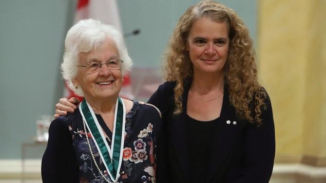 Julie Payette a son bras sur l'épaule de Micheline Dumont, qui vient de recevoir le Prix du Gouverneur général.