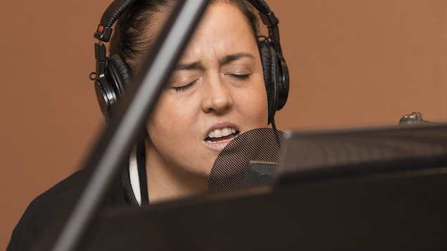 Ariane Moffatt en prestation au studio 18.