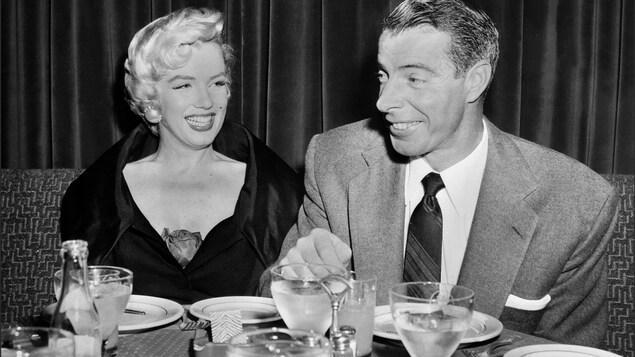 L'actrice Marilyn Monroe et son époux Joe DiMaggio à table en 1950.