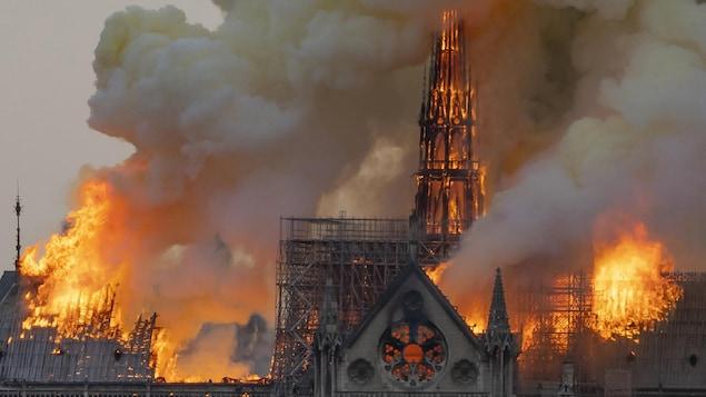 Vue de la cathédrale Notre-Dame-de-Paris en flammes, le 15 avril.