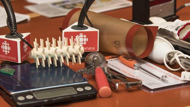 Divers outils de cuisine sur une table.
