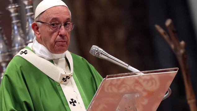 Le pape François est vêtu d'une robe verte.