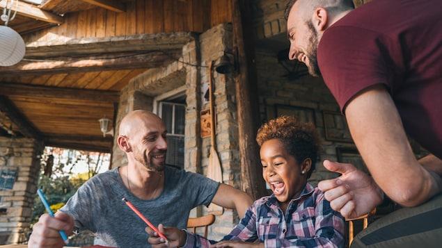 Deux pères avec leur fille.