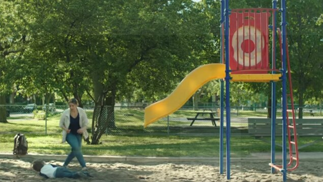 Une mère se porte au secours de son enfant tombé d'une glissoire dont la moitié inférieure vient de disparaître, dans une publicité du directeur général des élections du Québec.