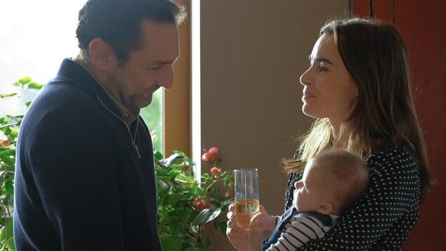 Gilles Lellouche regarde le bébé que tient Élodie Bouchez dans cette image tirée du film Pupille, de Jeanne Herry.