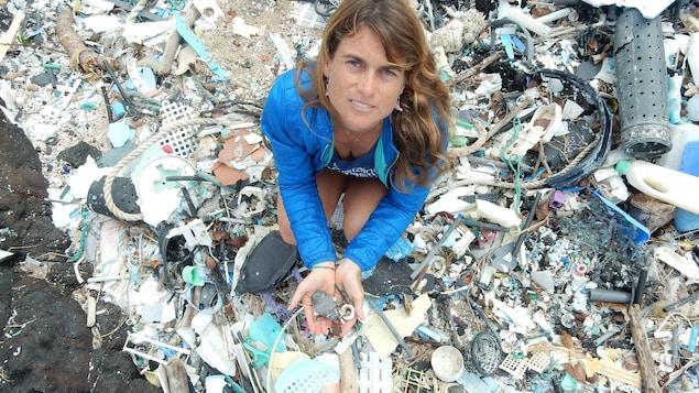 Sarah-Jeanne Royer montre les ravages de la pollution des océans par le plastique.