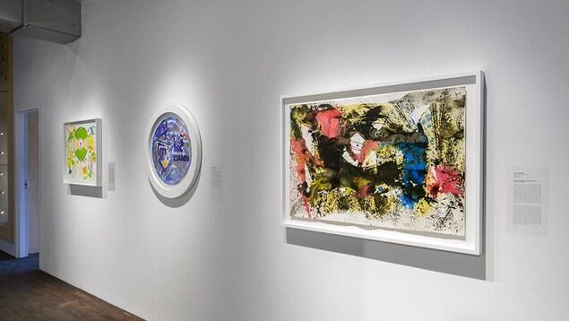 Des peintures accrochées au mur de la galerie Simon Blais, à Montréal.
