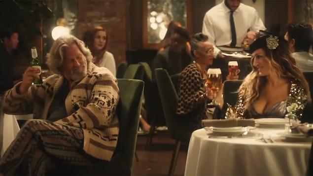 The Dude, un personnage du film <i>The Big Lebowski</i>, prend un verre avec Carrie Bradshaw, l'héroïne de la série <i>Sex and the City</i>, dans la publicité du Super Bowl du brasseur Stella Artois.