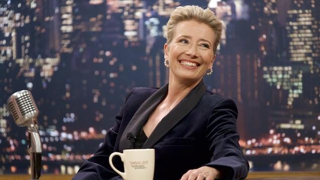 Emma Thompson, assise dans un studio de télé, lance un regard complice hors-champ dans cette image tirée du film  Late Night, de Nisha Ganatra.