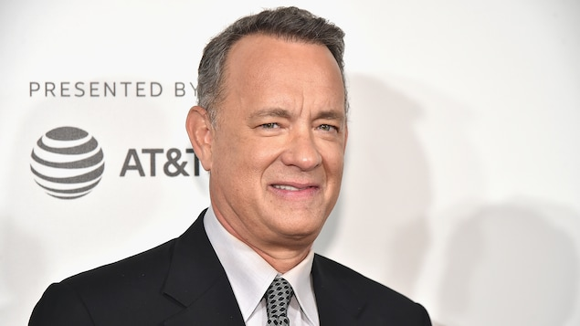 L'acteur sourit.