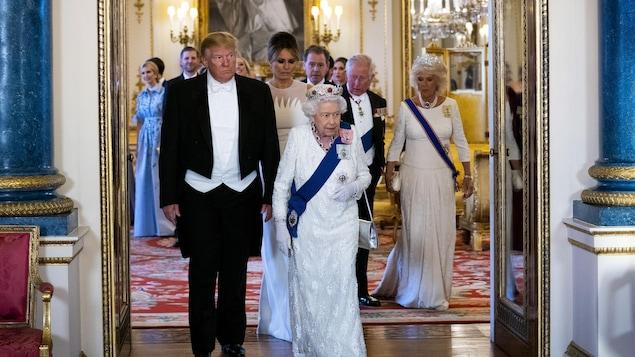 Le président américain Donald Trump marche aux côtés de la reine Élisabeth II au palais de Buckingham, à Londres.
