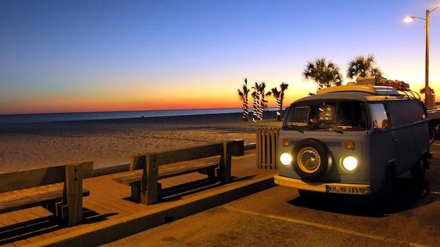 Une autocaravane sur le bord d'une plage aux États-Unis