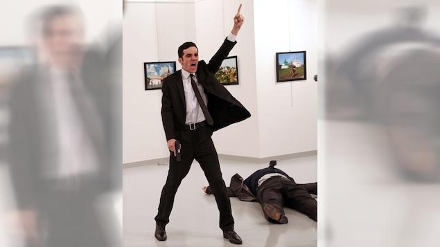 La photo de l'année du World Press Photo, prise par le photographe turc Burhan Ozbilici, montre l'assassinat de l'ambassadeur russe en Turquie, Andrey Karlov, le 16 décembre 2016.