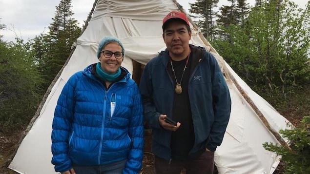 Deux personnes devant une tente innue.