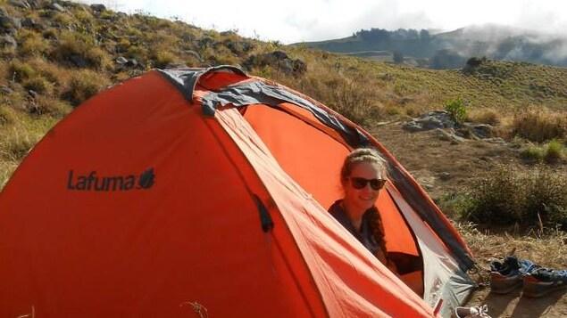 Priscilla est dans une tente sur le mont Rinjani.